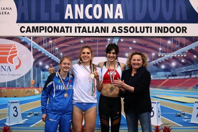 Eleonora Vandi premiata da Gabriella Dorio (foto Colombo FIDAL)