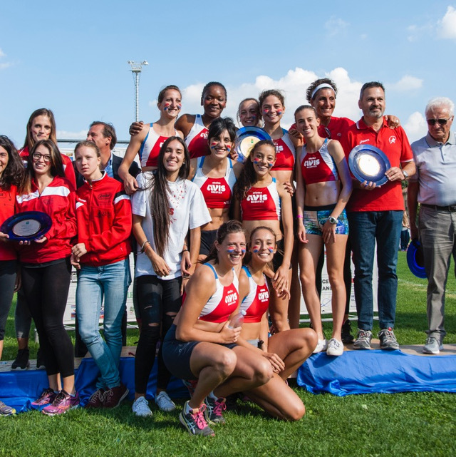 La squadra femminile sul podio - foto Maurizio Iesari